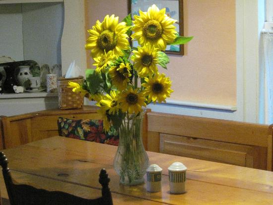 Rowe, แมสซาชูเซตส์: Our sunflowers on the dining room table