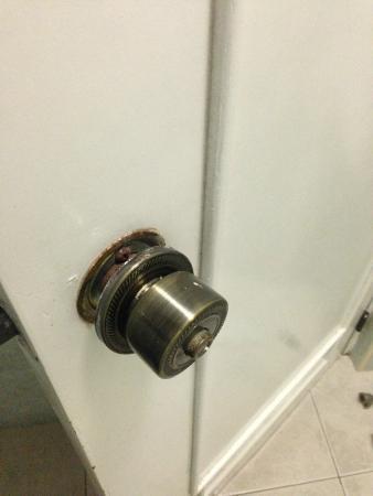 how to fix a broken door knob