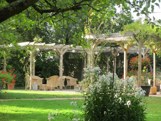 Auberge de Launay: Patio and gardens, very charming