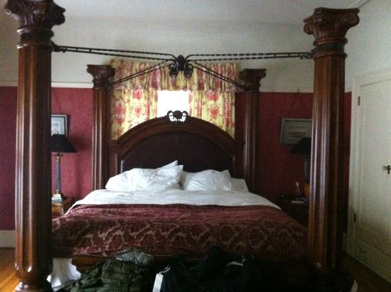 Portland's White House Inn : View of the bed in our room