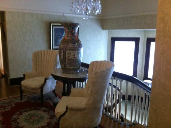 Portland's White House Inn : Landing on the second floor, beautiful furniture and antiques