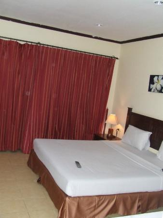 Patong Grand Ville Resort: Full window behind curtains