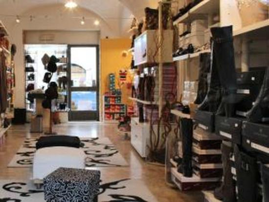 Chatillon, Italia: ELENOIRE calzature  DONNA