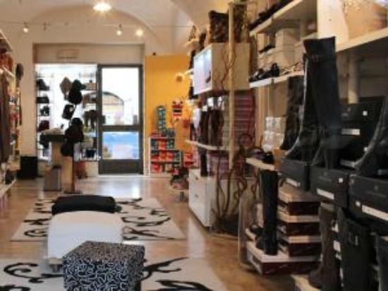 Chatillon, Italy: ELENOIRE calzature  DONNA