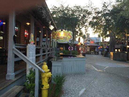 Roberto's Pizzeria: Cannery Lane, a touch of The Keys & New Orleans