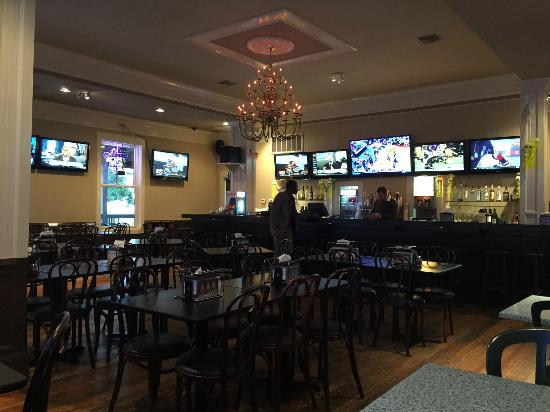 Roberto's Pizzeria: Nice Sports Bar, excellent pizza