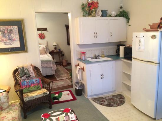Simpsons Bed & Breakfast: Kitchen/living area looking into bedroom