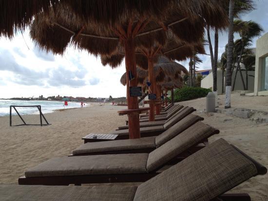 Club Regina Cancun : Beach chairs and umbrellas!