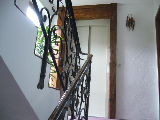 treppenhaus mit aufzug bild von alpenhotel pfaffenwinkel peiting tripadvisor. Black Bedroom Furniture Sets. Home Design Ideas