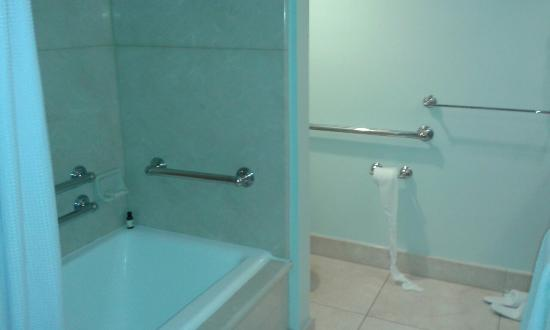 Fairmont Miramar Hotel & Bungalows: What a large, lovely bathroom!!