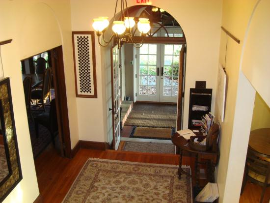 City House Bed and Breakfast: Center Hall Entry Area