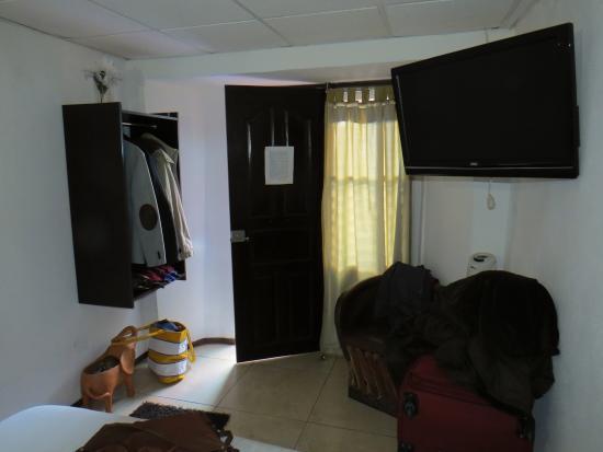Entrada de la habitacion y mueble para colgar en lugar de - Mueble entrada casa ...