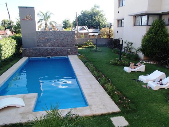 Portal del Este Hotel: Jardín y piscina