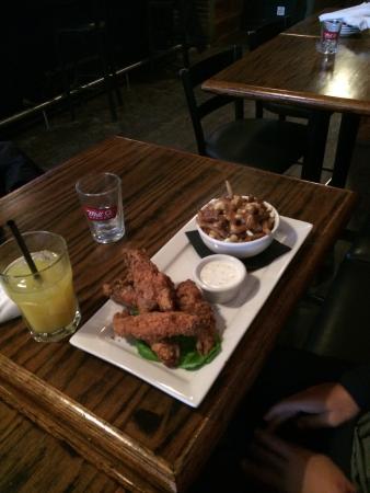 Kenzington Burger Bar : Fingers and Traditional Poutine