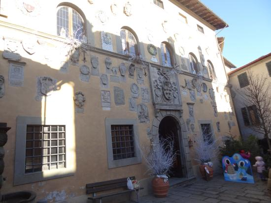 Cutigliano, Italia: The facade of the Palace, covered by coats of arms by the Captains