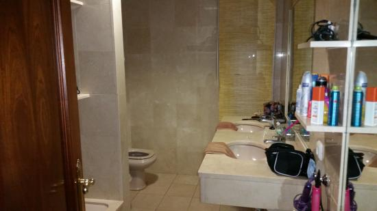Riviera Park Apartments: bathroom was wan and spacious