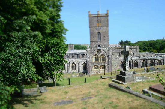 Ynys Barry Holiday Cottages & Lodges: St Davids cathedral.