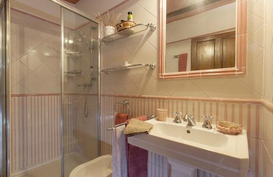Bagno verde salvia foto di relais mastro cinghiale for Piastrelle bagno rosa antico