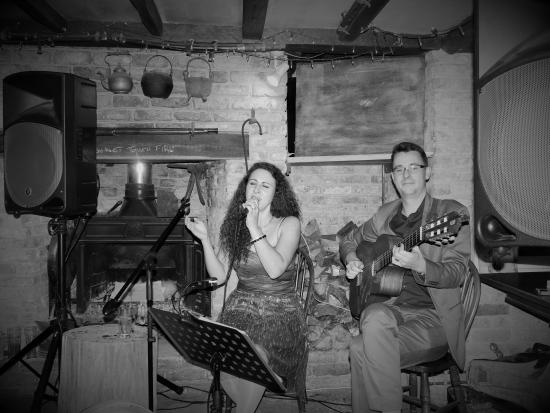 The Oak: Live music inside pub. Cosy!
