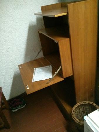 Hotel Mont Korhogo: Bureau qui risque de tomber si on s'y attable