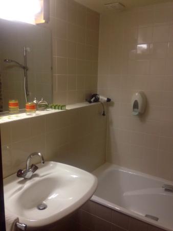 Petite salle de bain mais propre picture of hotel aux for Petite salle de bain pratique