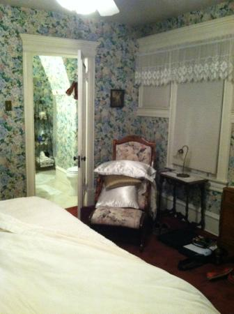 LeBlanc House Bed and Breakfast: bedroom facing the bathroom