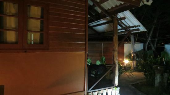 Lantawadee Resort & Spa: nabo tett på i small rom
