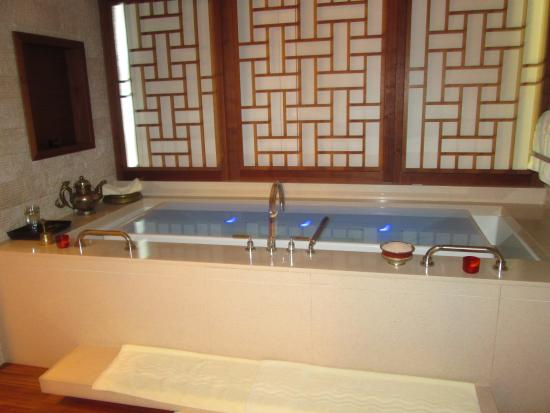 CHI, The Spa at Shangri-La Hotel, Vancouver: Couples suite infinity tub
