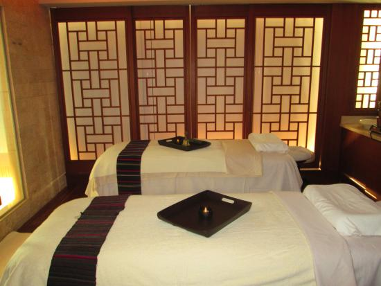 CHI, The Spa at Shangri-La Hotel, Vancouver: Couples suite adjustable massage beds