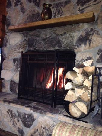Castle Mountain Chalets: Cozy fireplace