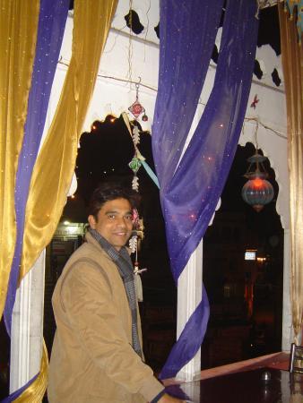 Rajmandir Restaurant: The whole Jagdish Mandir and the chowraha is visible sitting here
