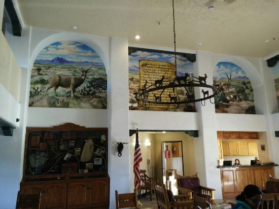Quality Inn: Wall paintings in the front desk lobby