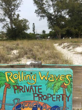 Rolling Waves Cottages: Look for the sign when you leave the beach