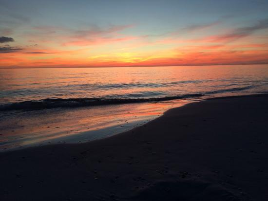 Rolling Waves Cottages: Gulf sunset in winter