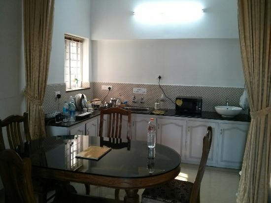 Aaron's Homestay: Kitchen area