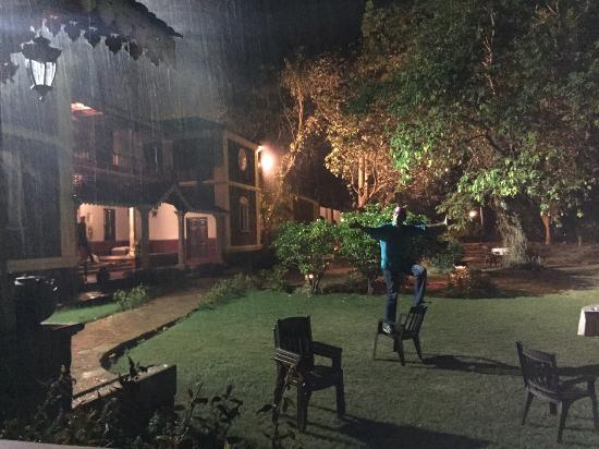 Angana Country Inn: Singing in the Rain