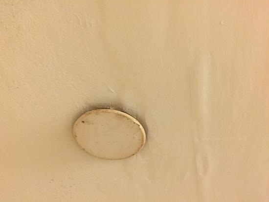 Hampton Inn Nanuet: Rusting no working vent