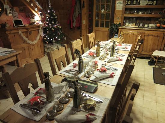 La Croix Saint Jean: La table du reveillon joliement décorée
