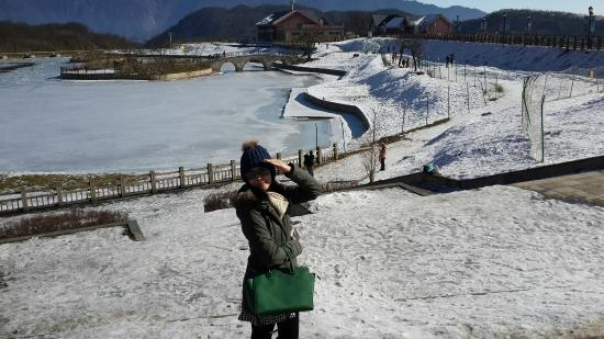 Xiling Snow Mountain Ski Field: Pond became ice.