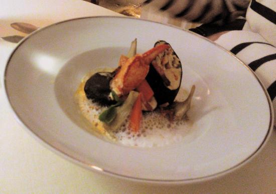Restaurant de l'Ermitage de Corton: Cannelloni de homard à l'encre de seiche, fine purée d'artichauts, parfum de fumé d'anis