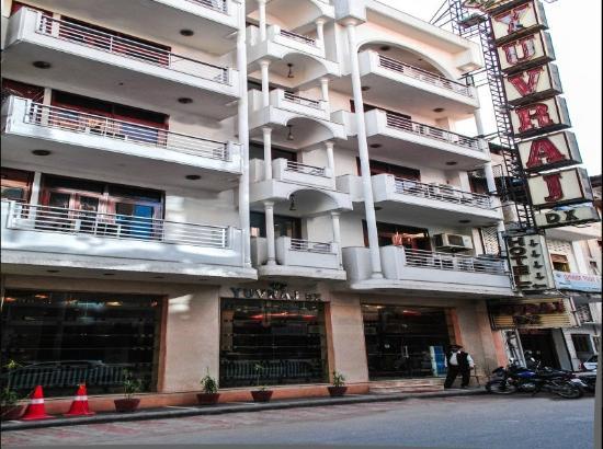 Yuvraj Deluxe Hotel: Facade