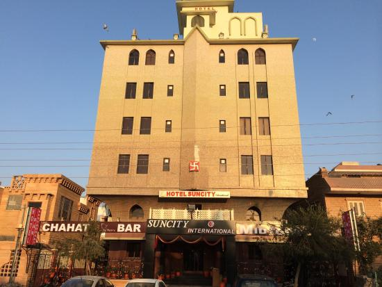 Hotel Suncity International: Front view of Hotel