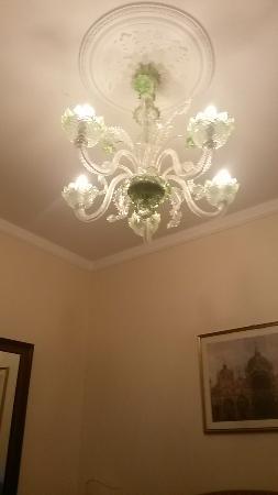 Hotel San Zulian: Lampadario in camera