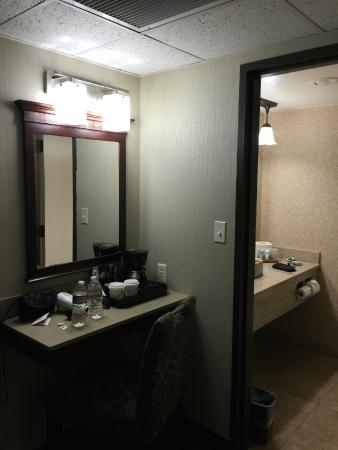 Hotel RL By Red Lion Salt Lake City: Vanity in our room.