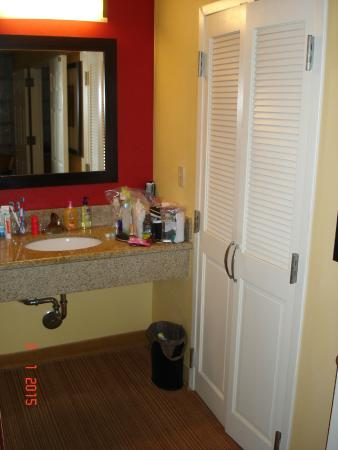 Courtyard by Marriott Boca Raton: Sink-Make up area