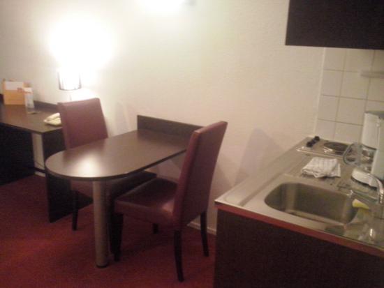 Adagio Access Vanves Porte de Versailles: Tavolino e cucina