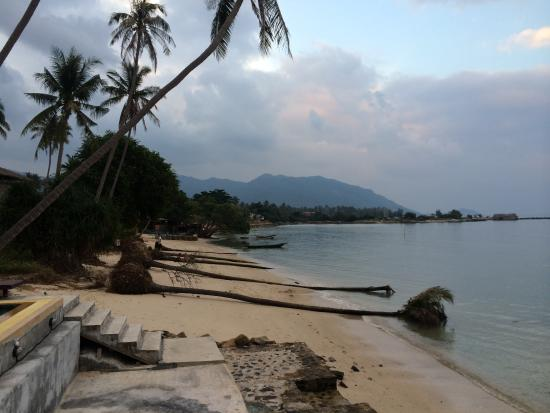 Phangan Cottages: Right by the sea