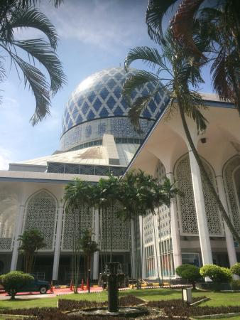 กวนตัน, มาเลเซีย: My favorite mosque in Malaysia. Love this blue dome in the blue sky.