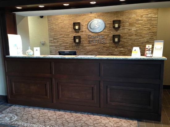 Comfort Suites: Registration desk