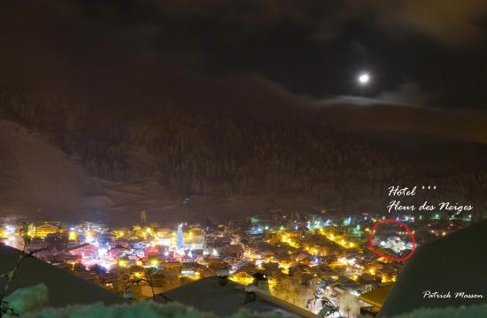 Chalet Hotel Fleur des Neiges: l hotel et panorama de morzine la nuit